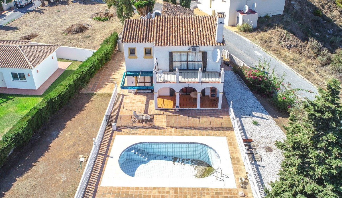 Investment!! Beautiful and spacious Villa to reform with excellent views of the mountains and partia, Spain