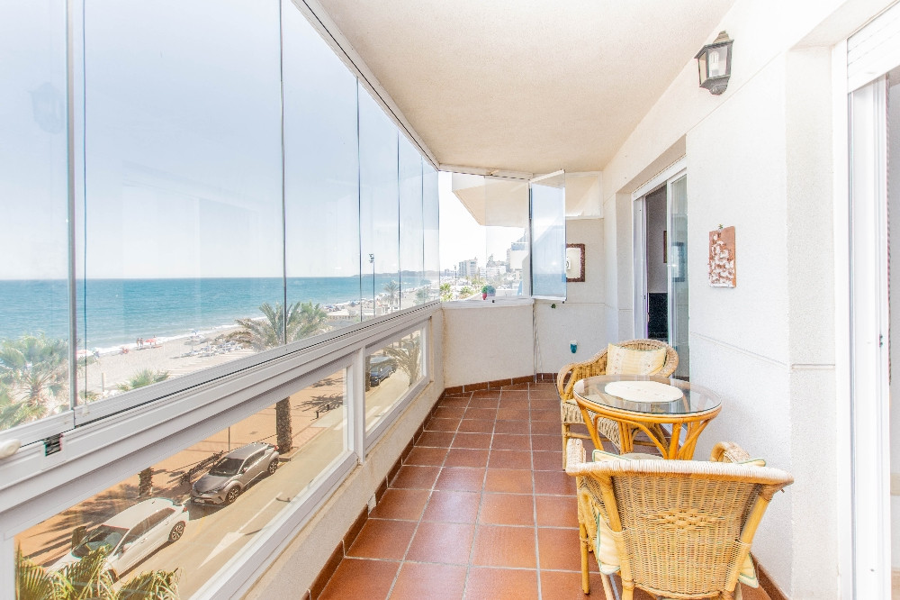 Wonderful frontline apartment in excellent condition located in Carvajal, Fuengirola.  The apartment,Spain