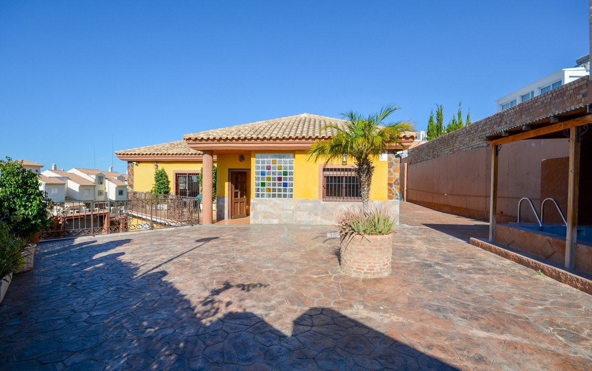Large corner Villa with 2 self contained apartment and close to amenities..  It is distributed in 2 ,Spain