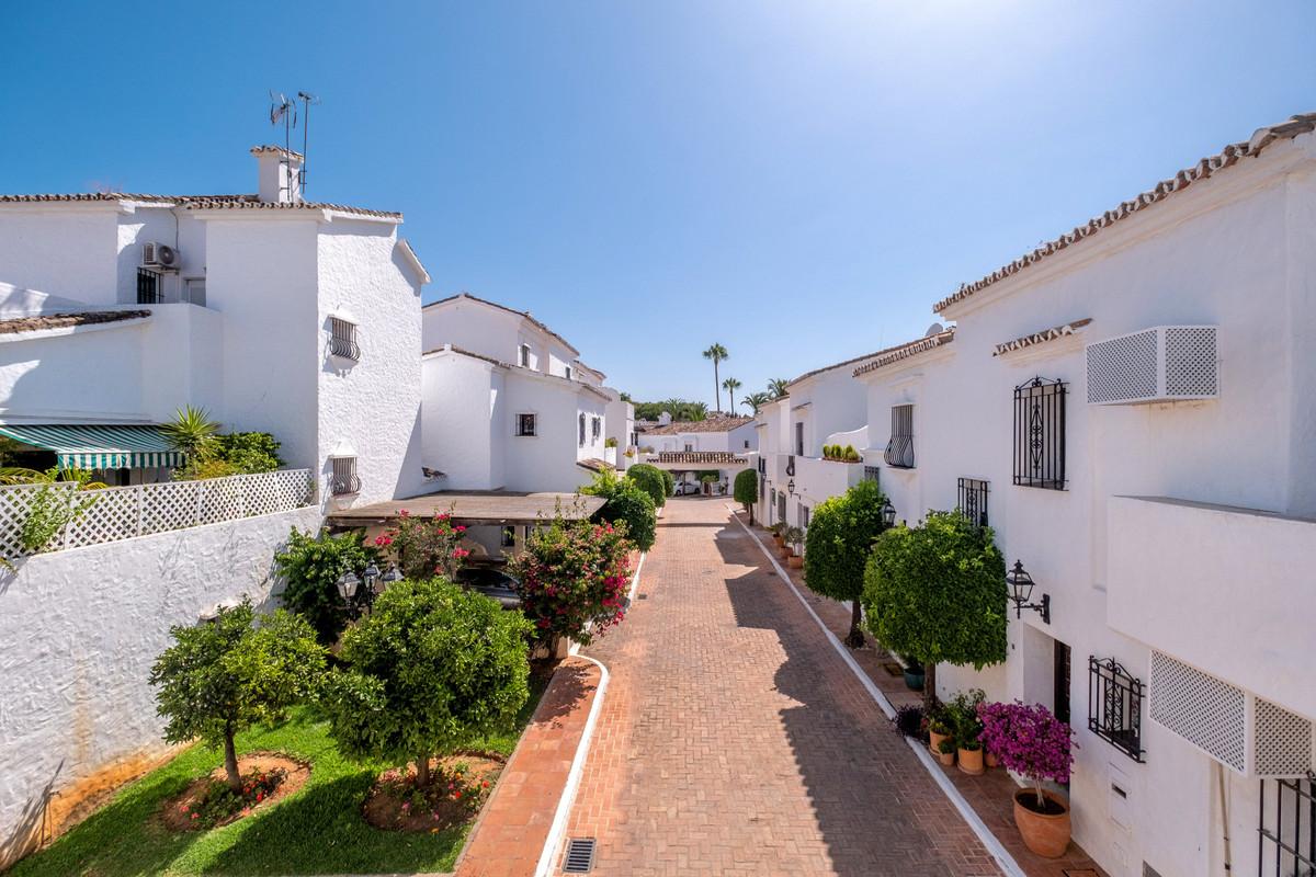 Marbella Banus Adosado en Venta en Nueva Andalucía – R3674123