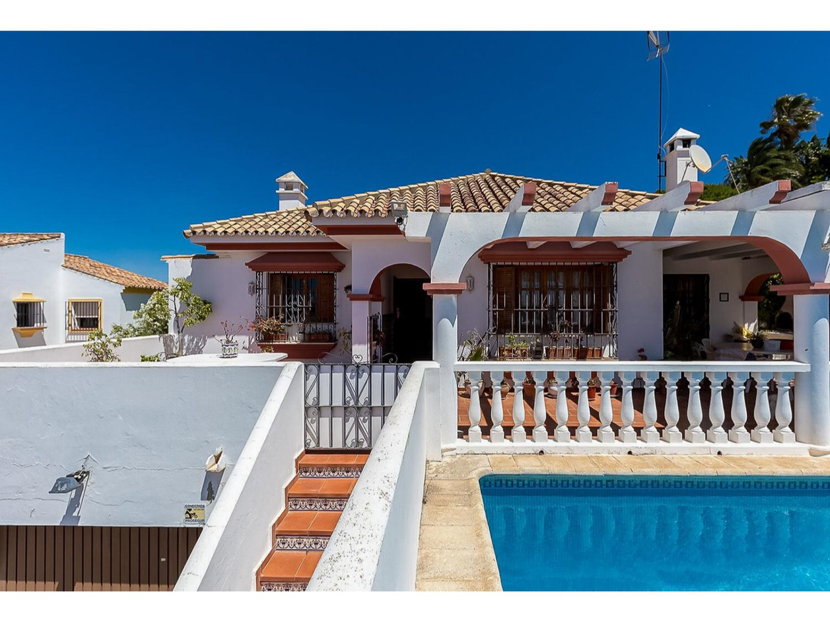 5 bed villa in Estepona - close to the town centre and the beaches