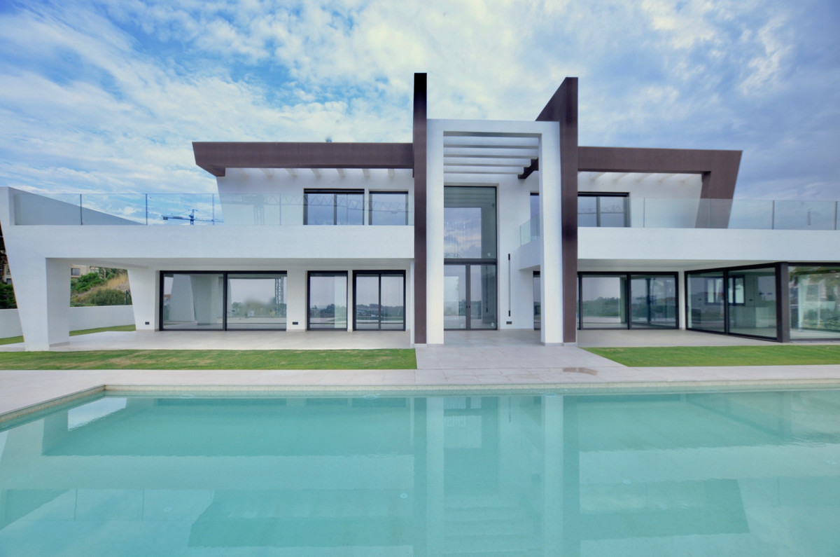 Stunning contemporary villa in Los Flamingos Golf and Country Club.