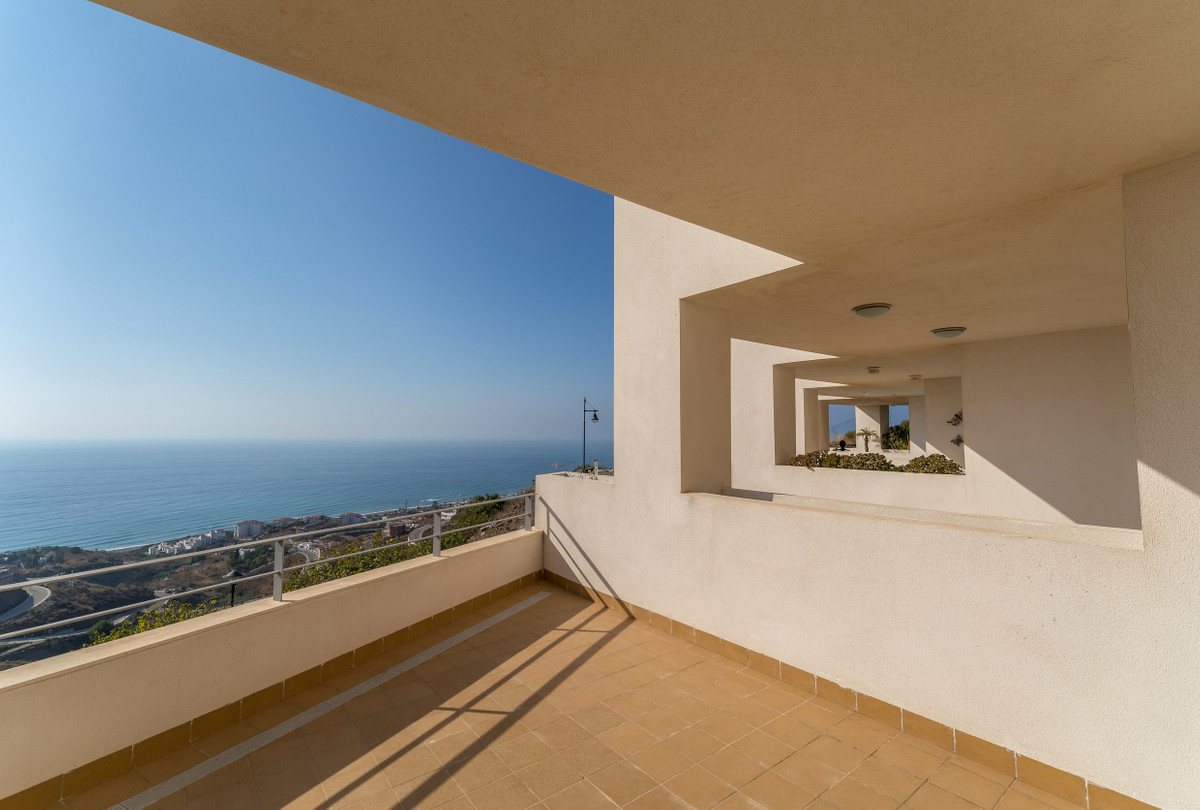 PANORAMIC SEA VIEWS FROM THIS TOWNHOUSE