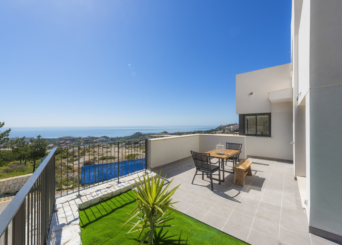 Enjoy the sun, sea and golf lifestyle on the Costa del Sol - being built NOW