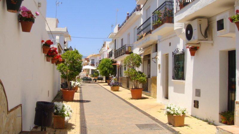 Sea views and stylish design in Estepona