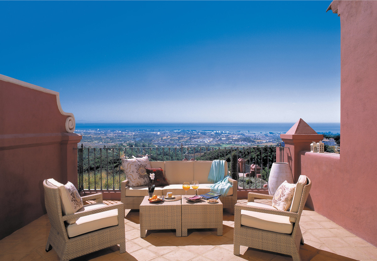 This one is just waiting for you! 10 min from Puerto Banus