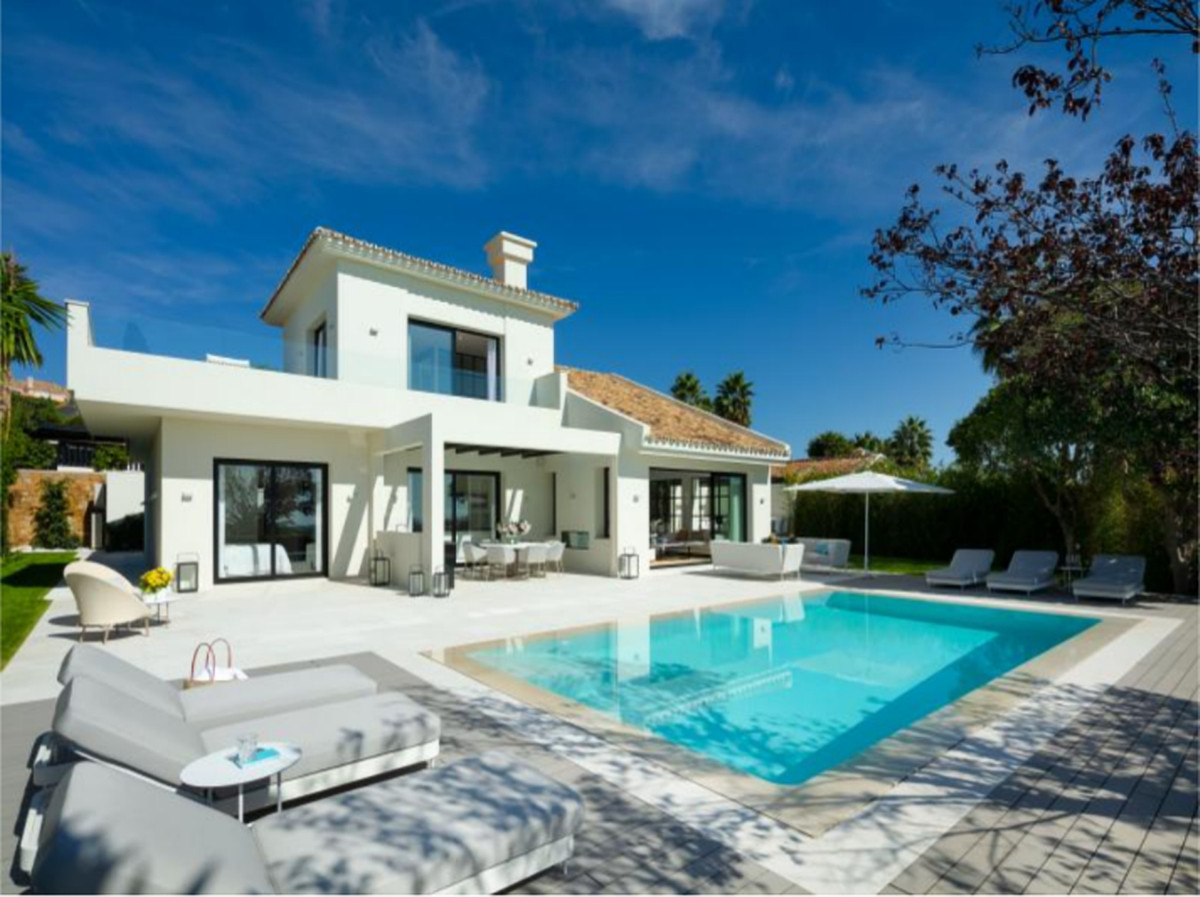Stylish villa walking distance to Los Naranjos Golf Club