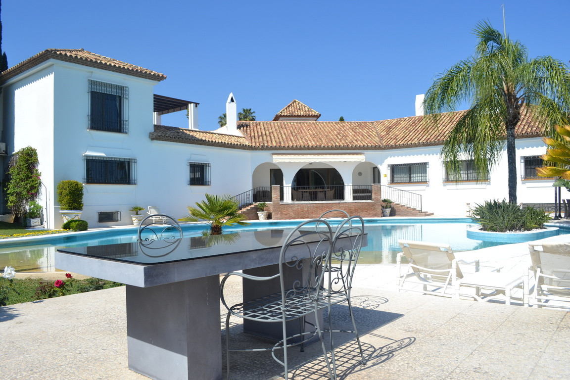 Fabulous villa with spacious rooms and outstanding gardens!