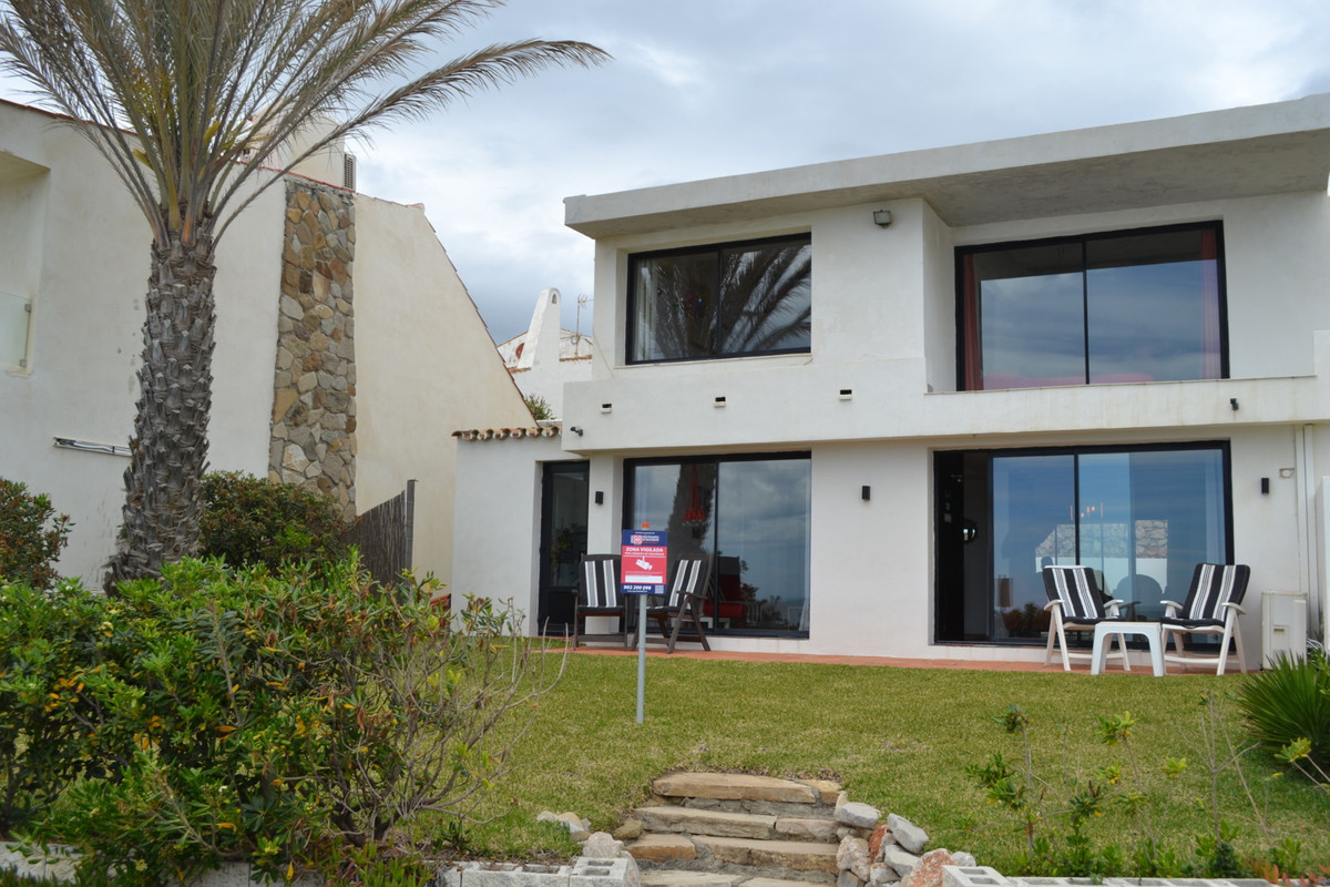 Beach and panoramic sea views - 50m from the beach!
