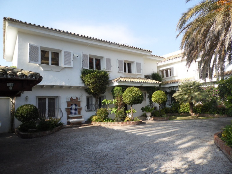 Close to the beach and all amenities - 6 bedrooms