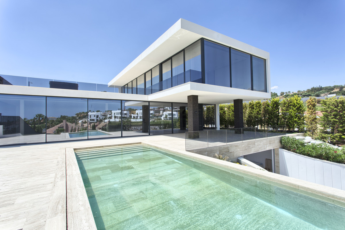 STUNNING CONTEMPORARY MASTERPIECE IN FABULOUS LOCATION