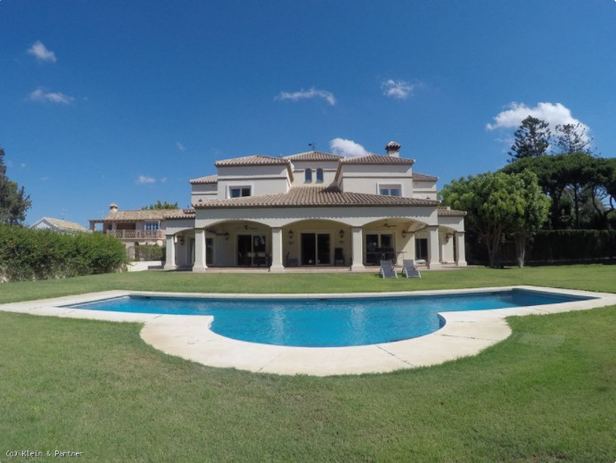 Luxury detached villa only 500m from the beach and marina