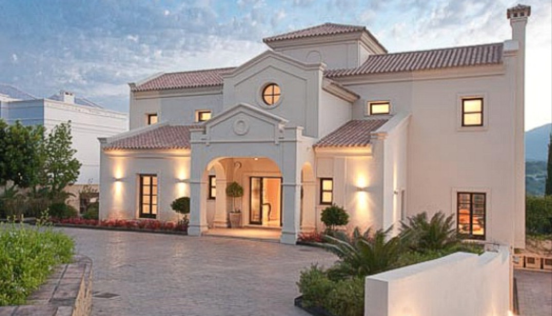 5 bed frontline villa in Los Flamingos Golf and Country Club.