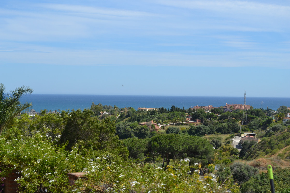 CHARMING WITH ESTEPONA ON YOUR DOORSTEP & JUST 1.6KM TO THE SEA!