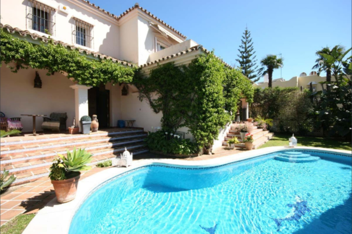 Detached 4-bed villa near Guadalmina centre