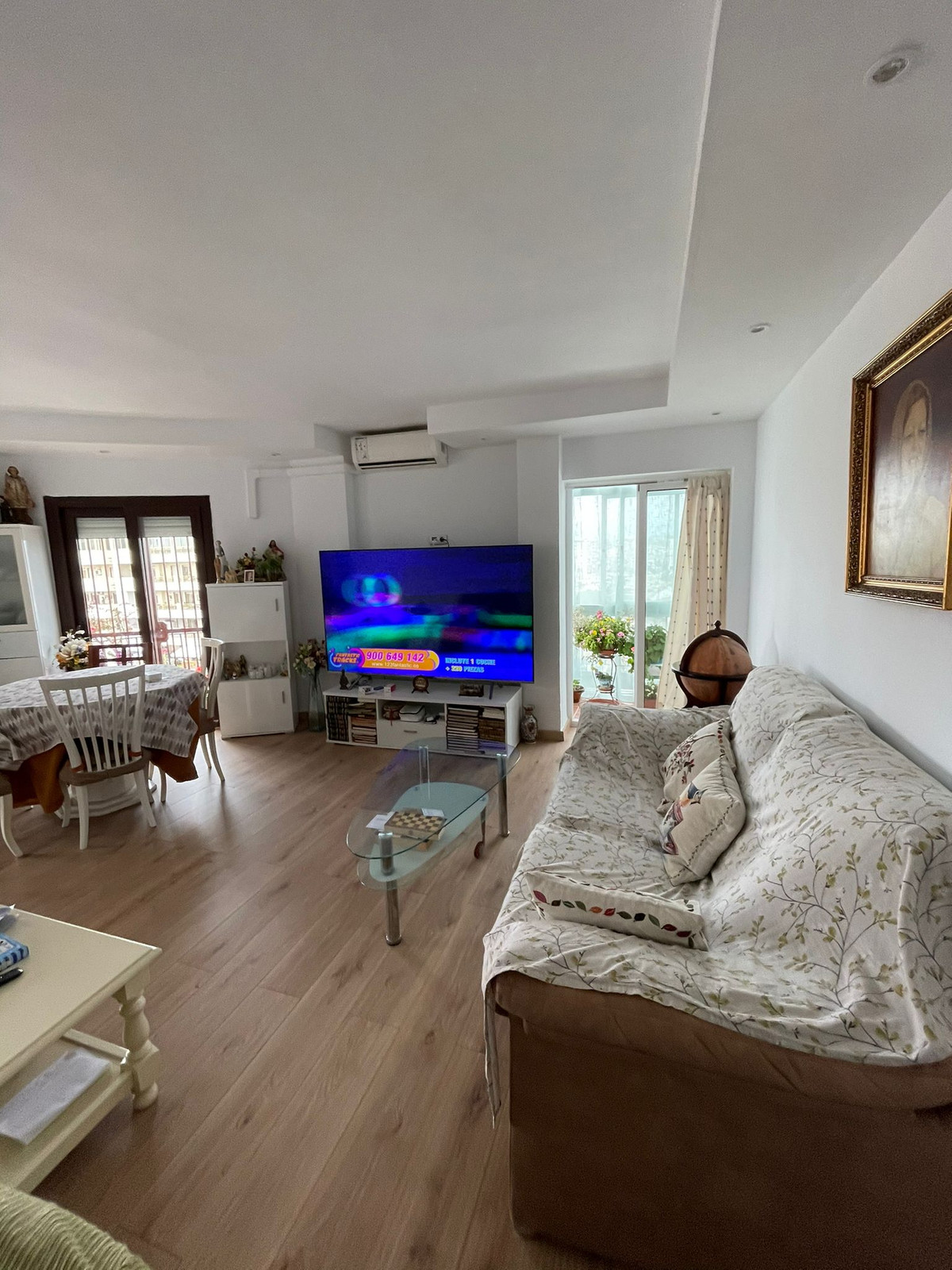 Renovated apartment in the center of Fuengirola. The apartment has 3 bedrooms and 2 bathrooms.  Loca,Spain