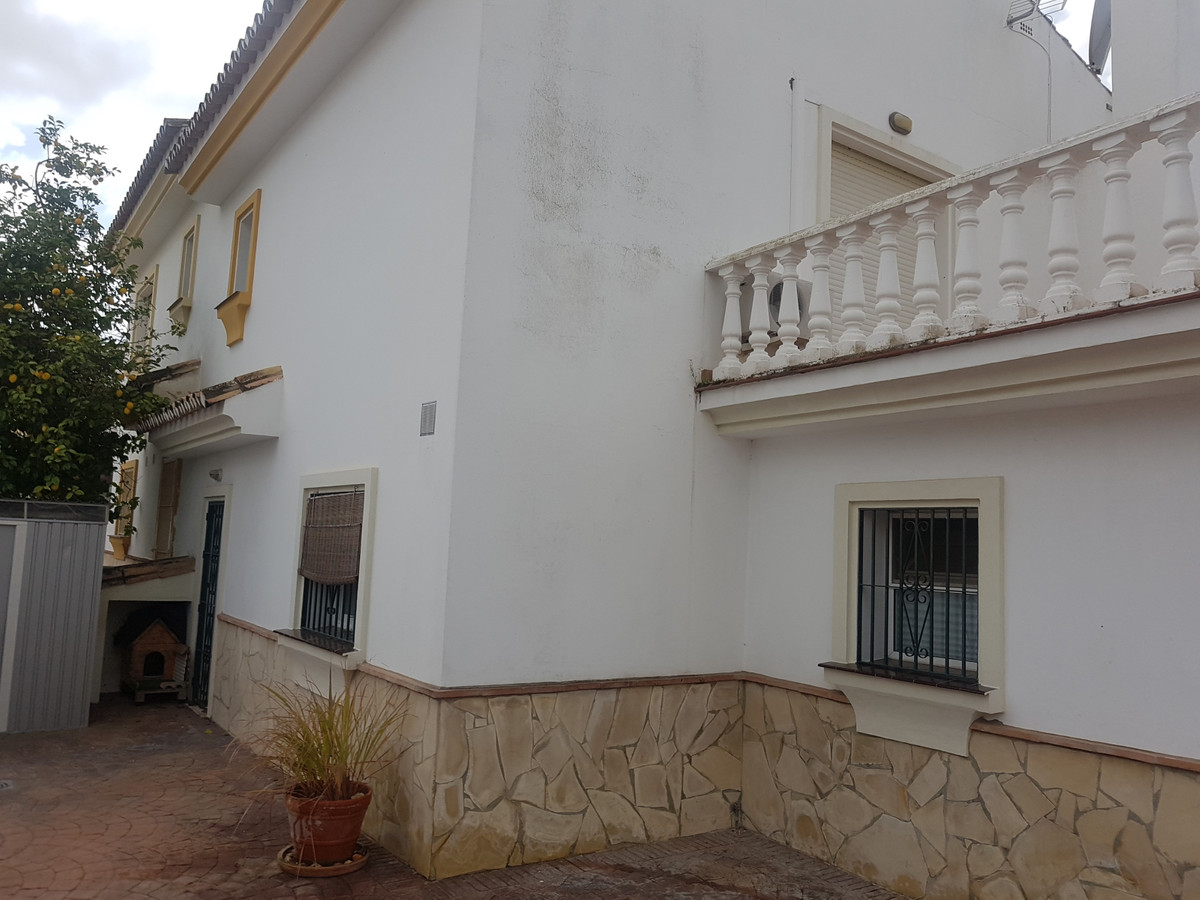 A large immaculate reformed 4 bedroom end townhouse in Sierrezuela that is walled and gated and has ,Spain