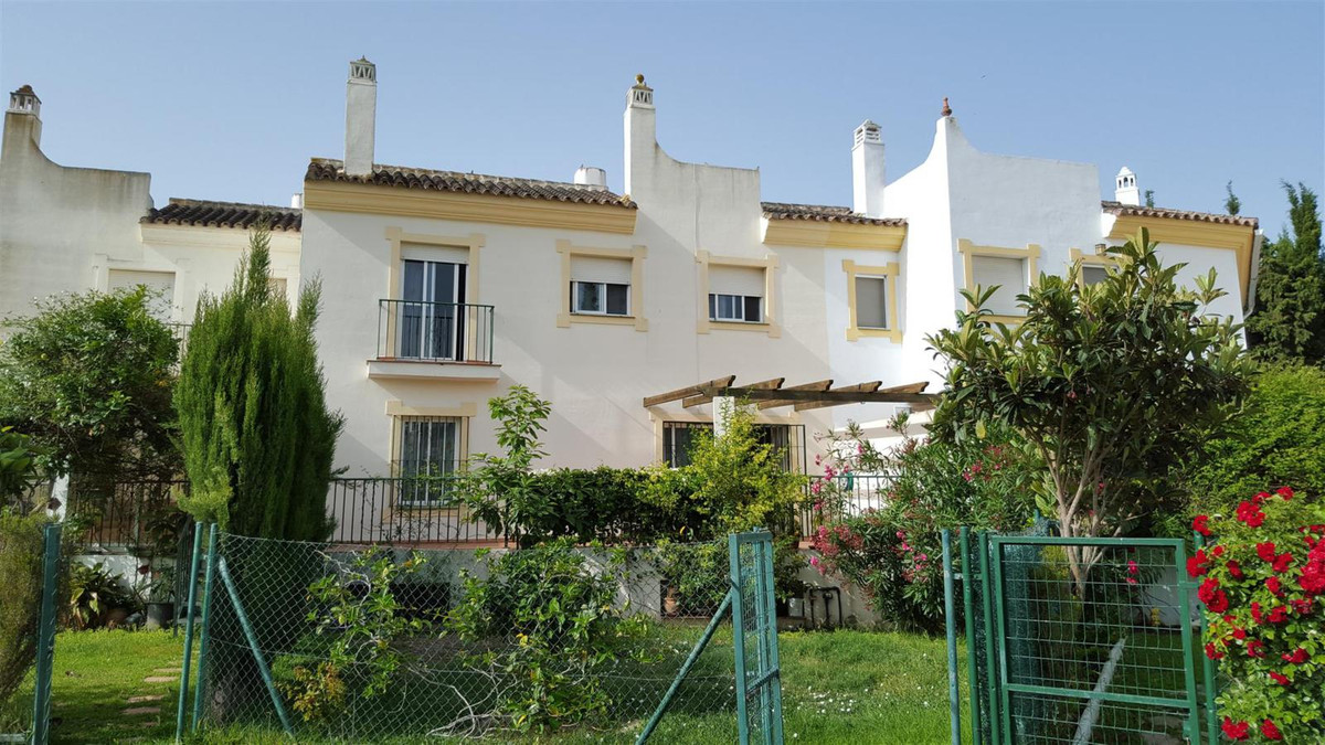 Large, 3 double bedroom townhouse with private garden and basement. The property is set over 3 level,Spain