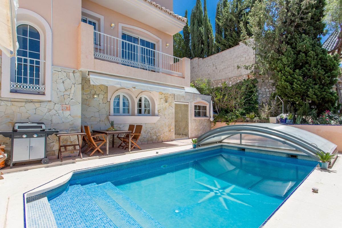 Nice villa in 3 levels, with 4 bedrooms, spacious lounge and dining area, 5 bathrooms, fully equippe,Spain
