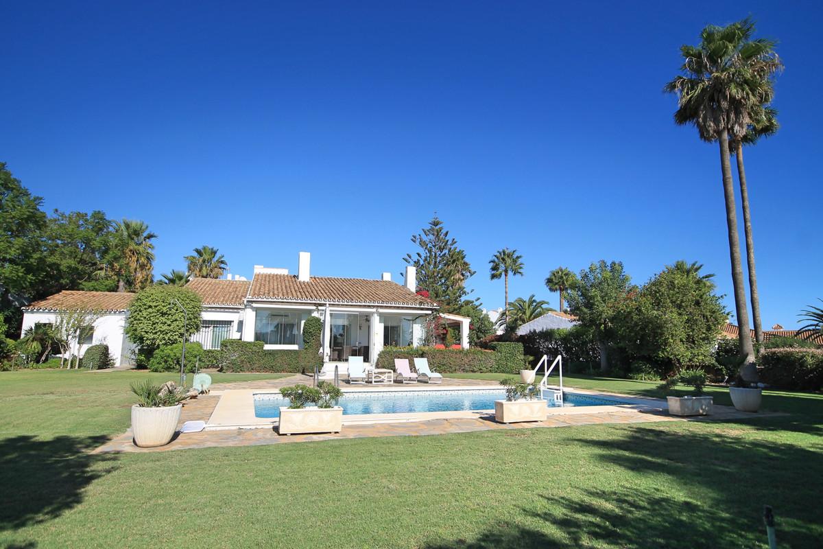 Detached Villa · La Duquesa