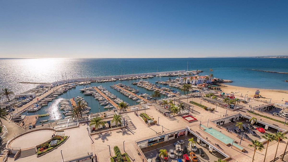 Perfectly located restaurant premises in a prime spot on the second line in the thriving Port of Mar, Spain