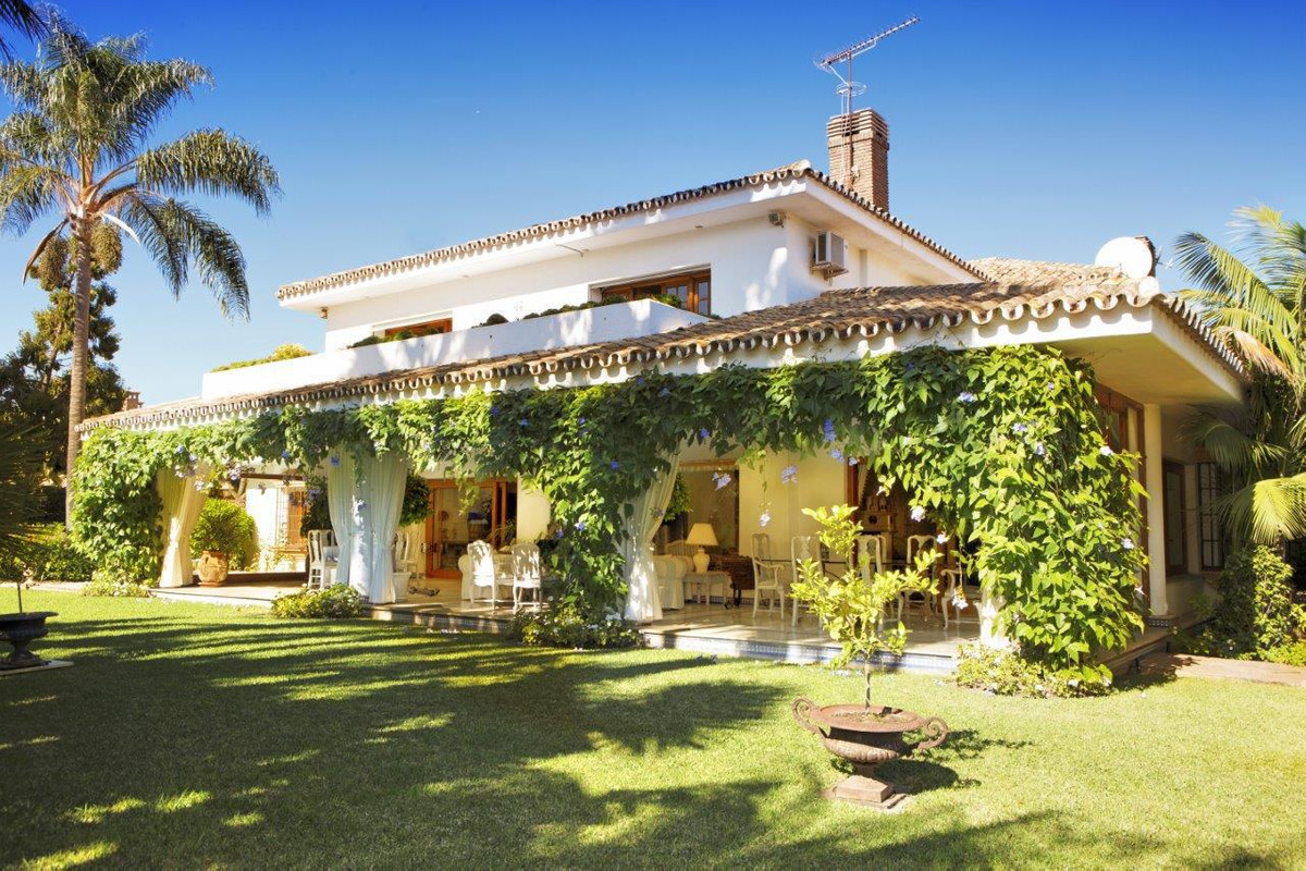 Substantial and traditionally designed, six bedroom detached home on a large plot, in the residentia, Spain