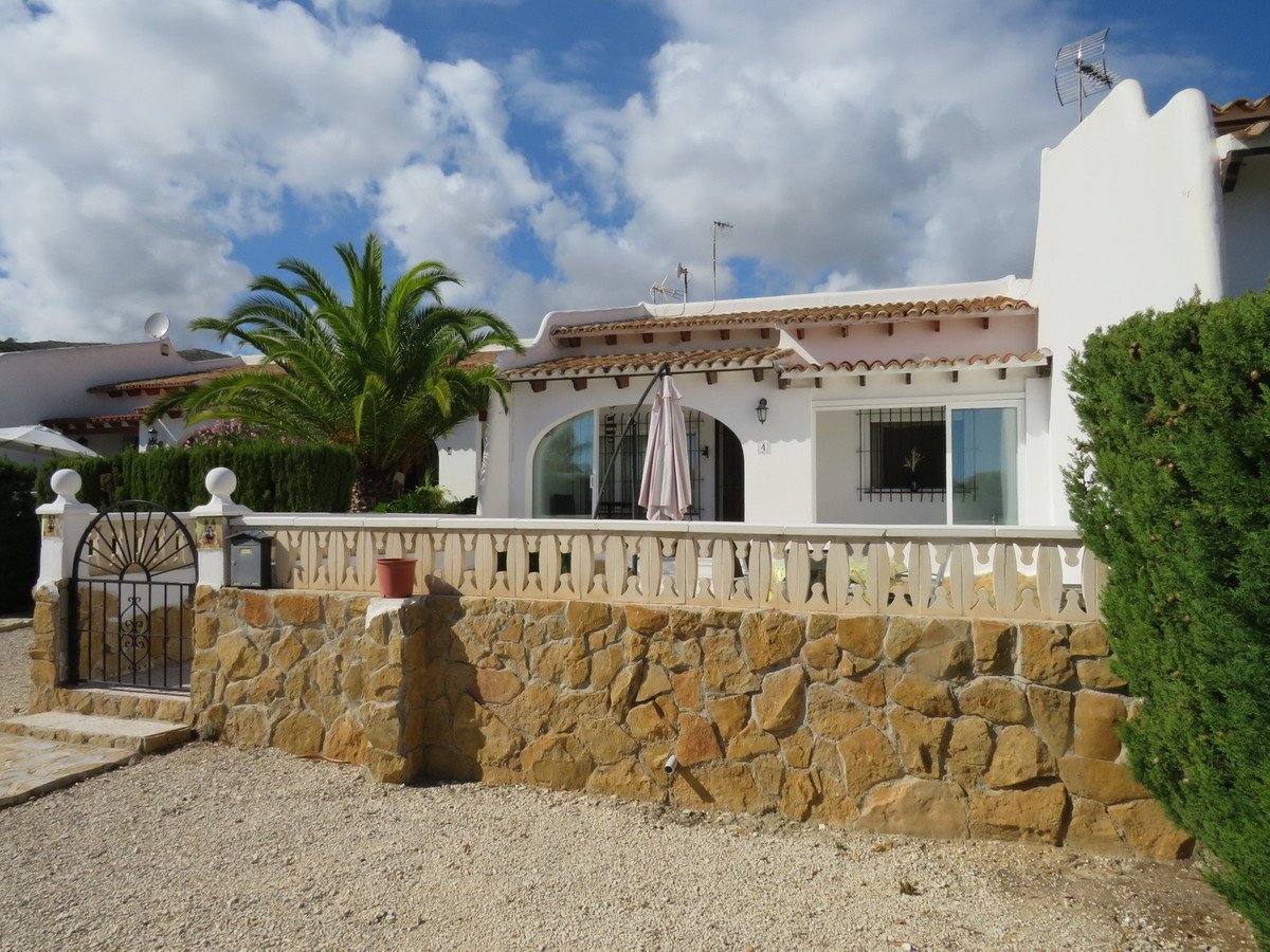This fully furnished, 2 bed bungalow in El Campello sits in a pretty Urbanisation and is in walking ,Spain