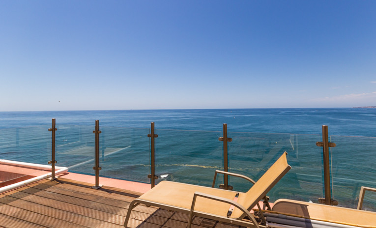 Beautiful penthouse of 185m2 right on the beach. This bright penthouse has 3 bedrooms and 2 bathroom, Spain