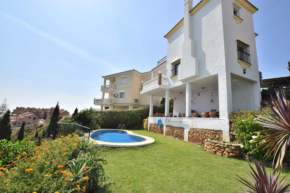 Amazing Sea Views at this spacious villa located in Torreblanca, The house is distributed in 3 level, Spain