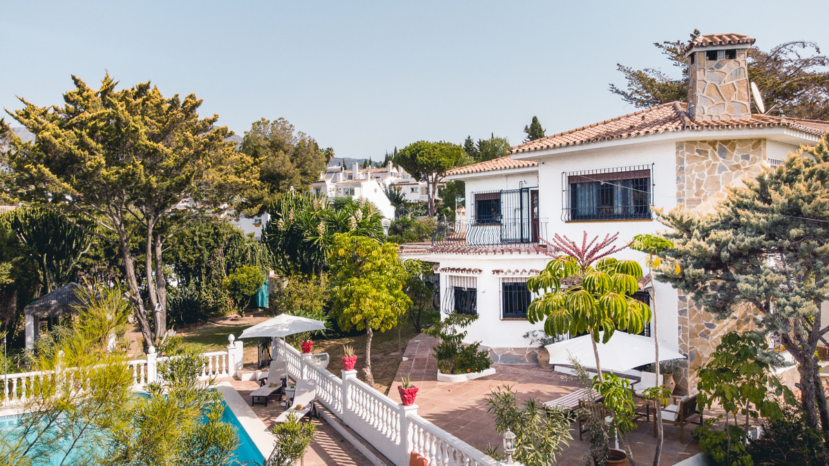 Great villa located in El Coto, Mijas Costa within walking distance to amenities. Only 2 km from the,Spain