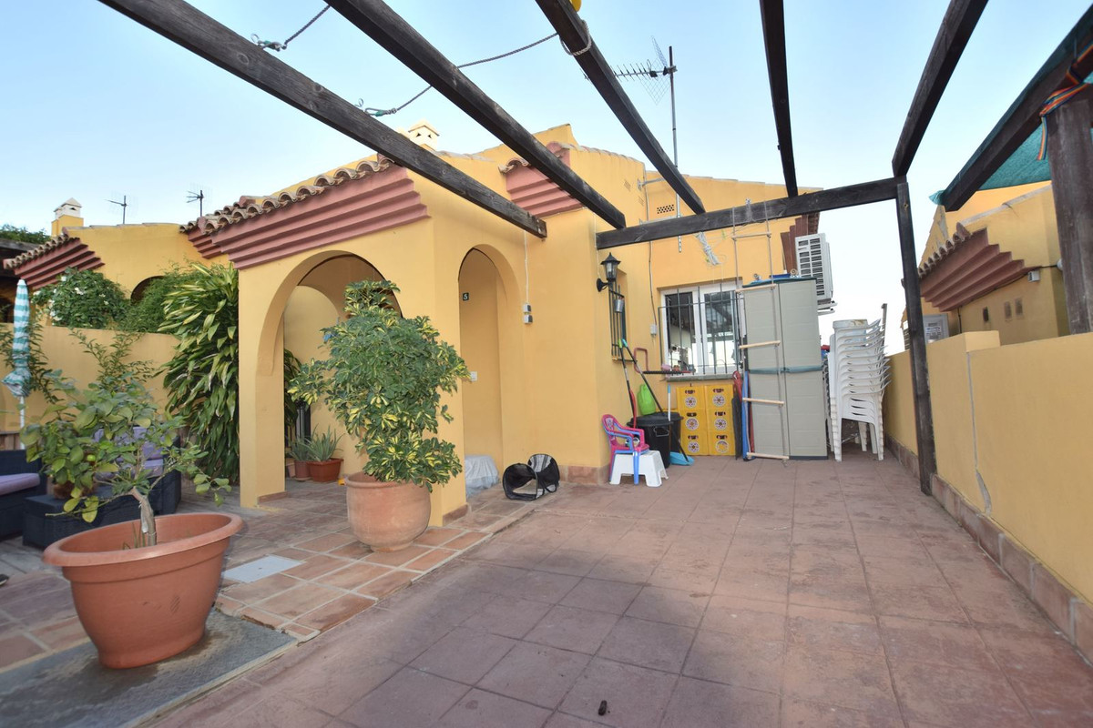REDUCED FROM 279.000 € TO 250.000 € Townhouse located in Torreblanca, Fuengirola 3 bedrooms, 3 bathrooms and 1 toilet, terrace with sea views and basement with access to bbq area Distributed over 3 floors as follows: 1 st floor (entrance) Independent kitchen and lounge with access to east facing terrace with partial sea views 2nd floor 3 bedrooms and 2 bathrooms, main bedroom with on suite 3rd floor: Basement with an office area, lounge and bathroom with access to a patio