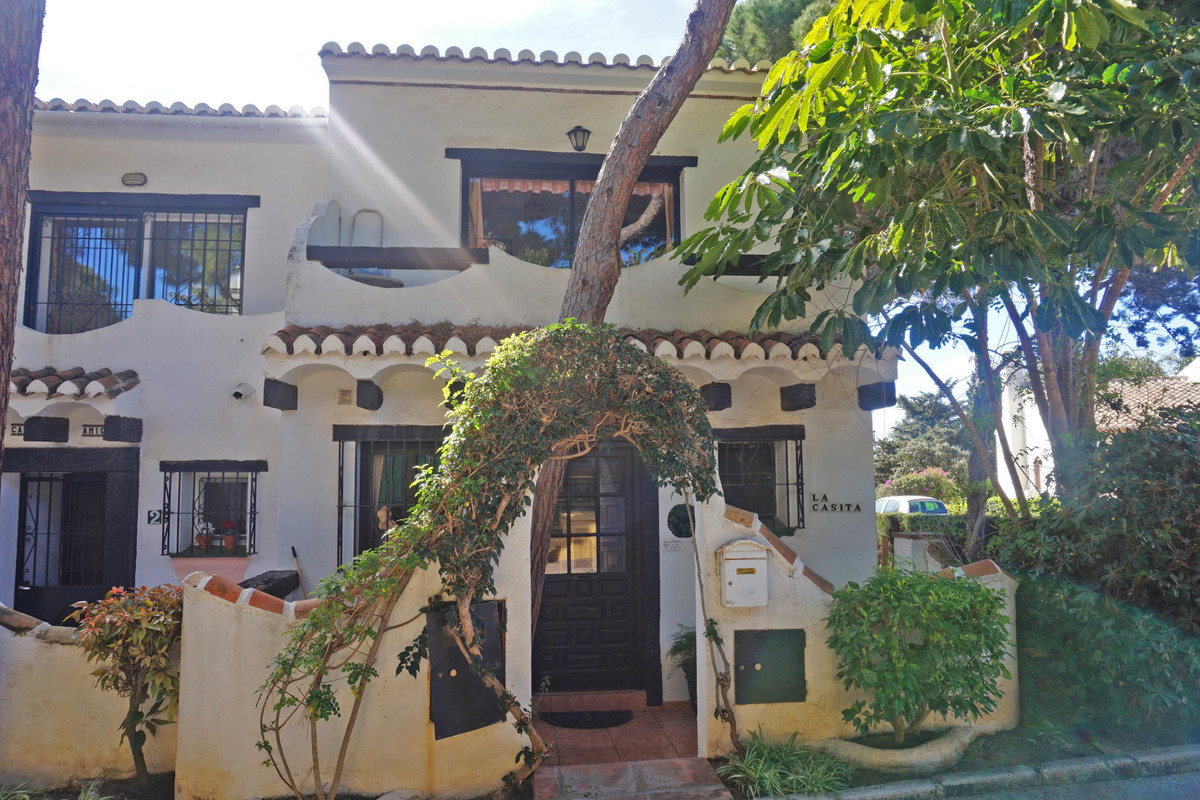 Lovely corner townhouse in the lower part of Calahonda. The house needs a complete renovation but it, Spain