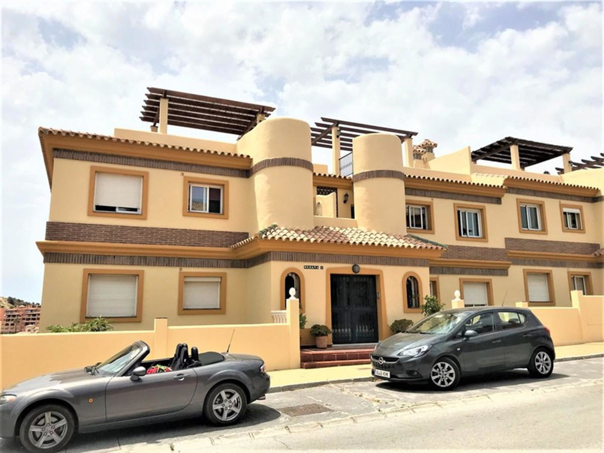Fantastic raised ground-floor apartment situated in a sought-after and very well-maintained complex , Spain