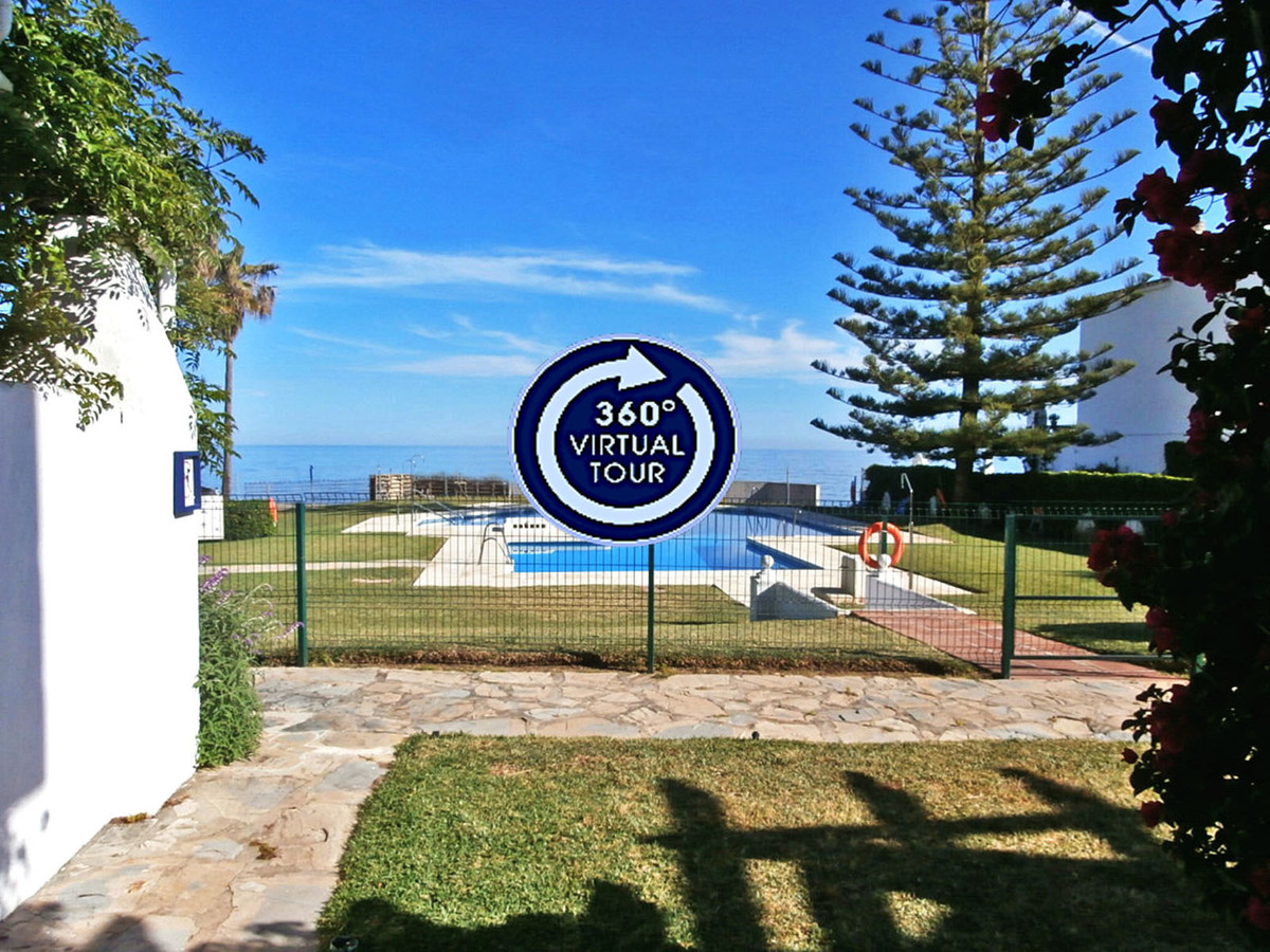 Fantastic location and views for this duplex apartment on a front line beach in Calahonda. It consisSpain