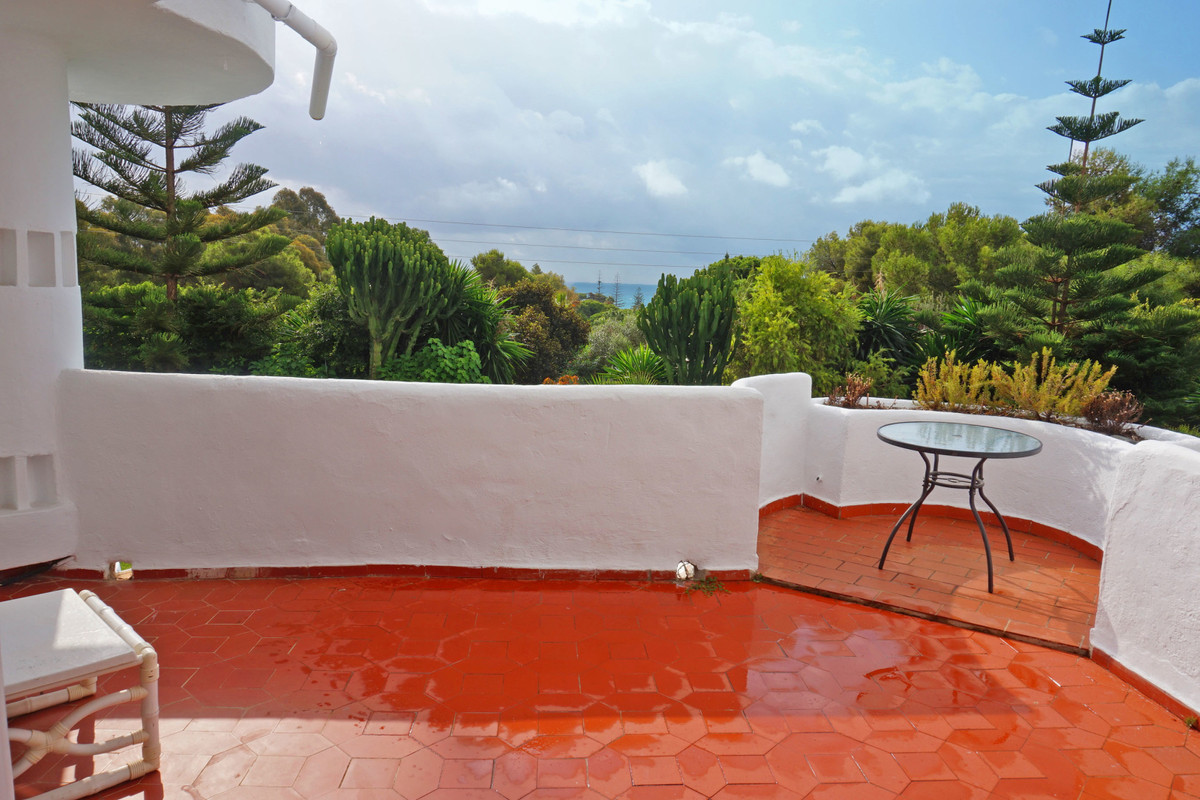 Spacious 2B/2B apartment situated in the sought after Jardines de Calahonda. The apartment is facing, Spain