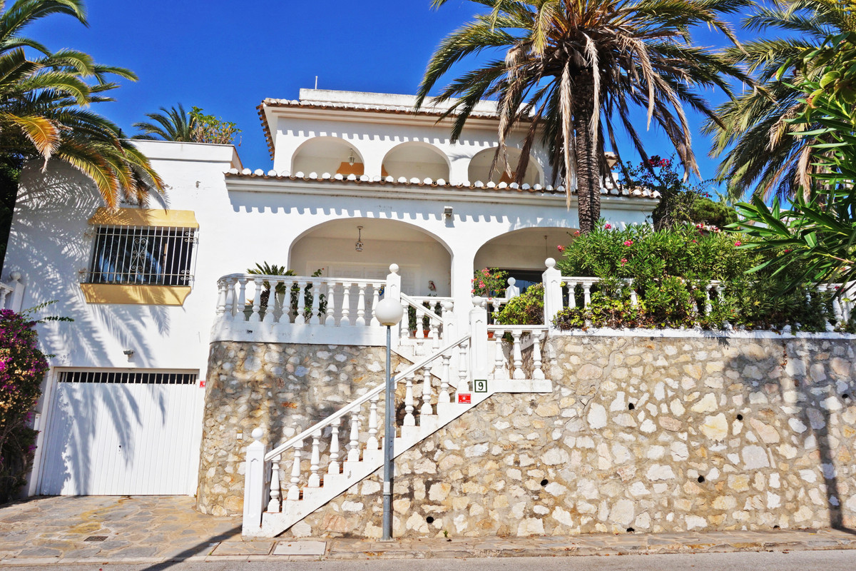 If you need space, this is the house for you!! All the bedrooms, bathrooms, living room, basement..., Spain