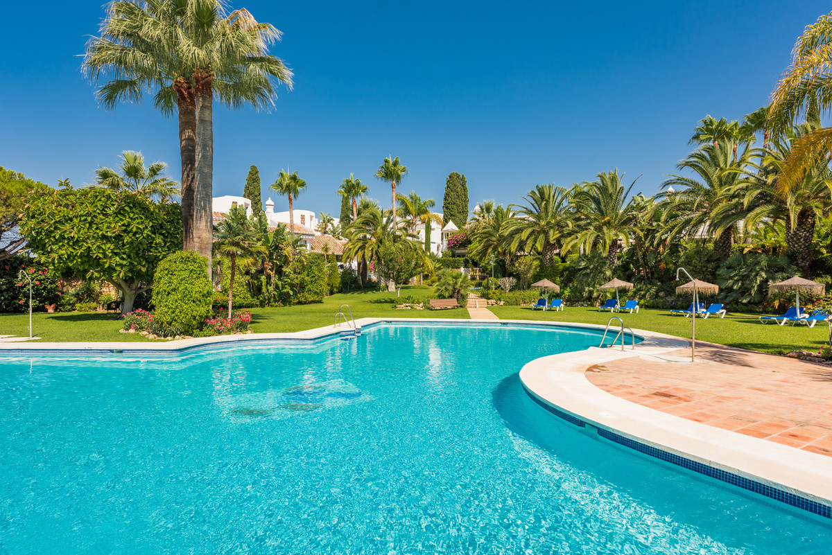 This charming townhouse has an unbeatable location in the Alborada complex just 500 meters from the ,Spain