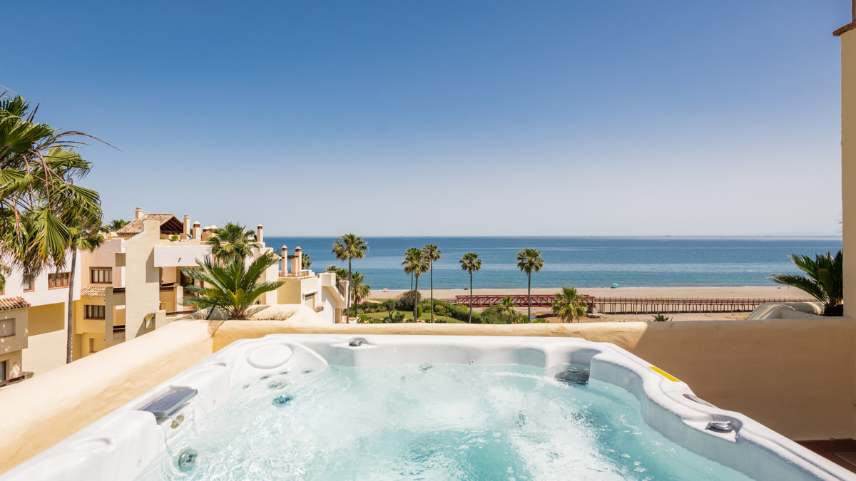 Fully renovated to the highest standards, 4-bedroom duplex penthouse. Located in a frontline beach c,Spain