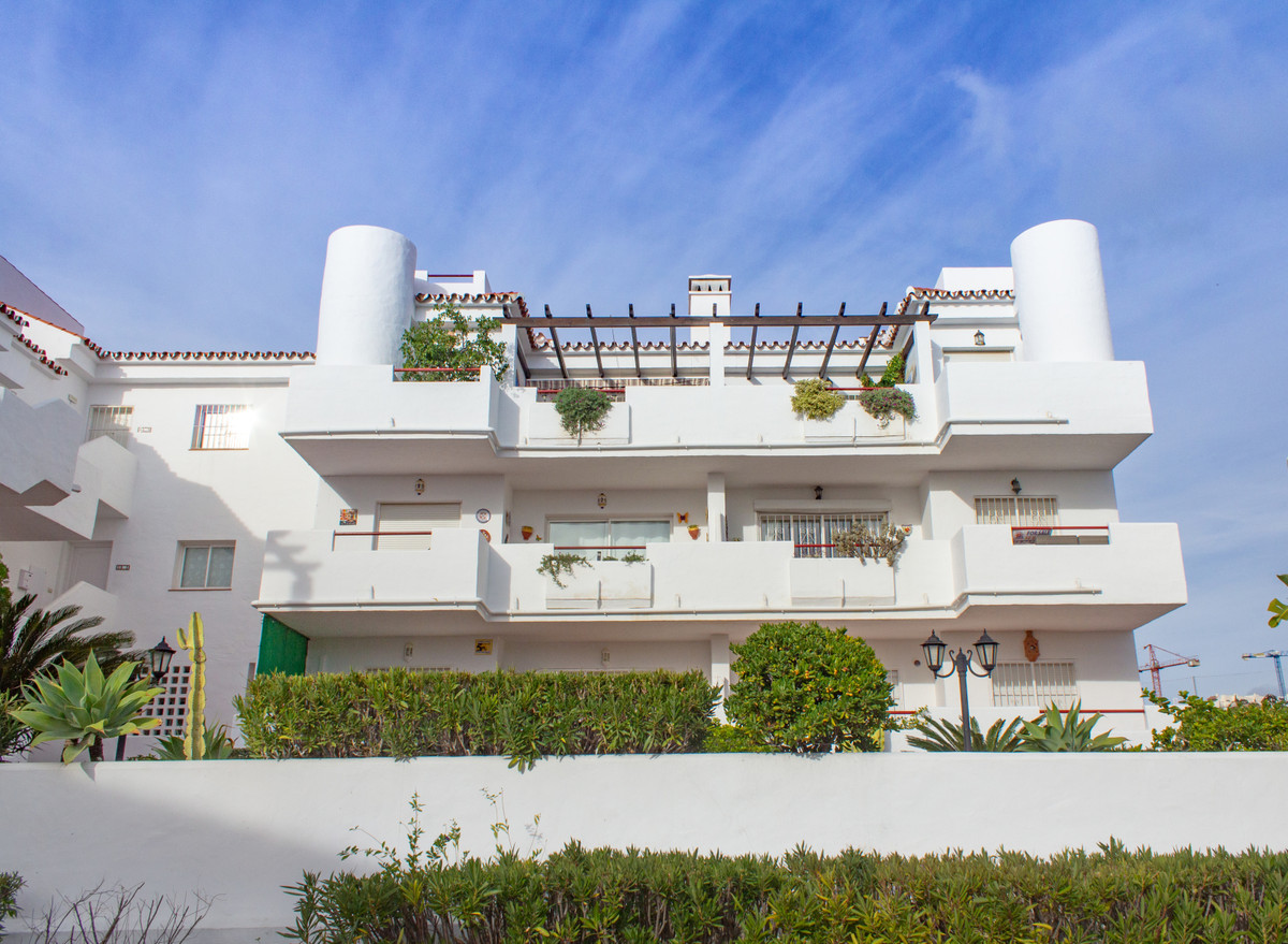 Middle floor apartment in a quiet and well maintained gated community. The property is being sold fu,Spain