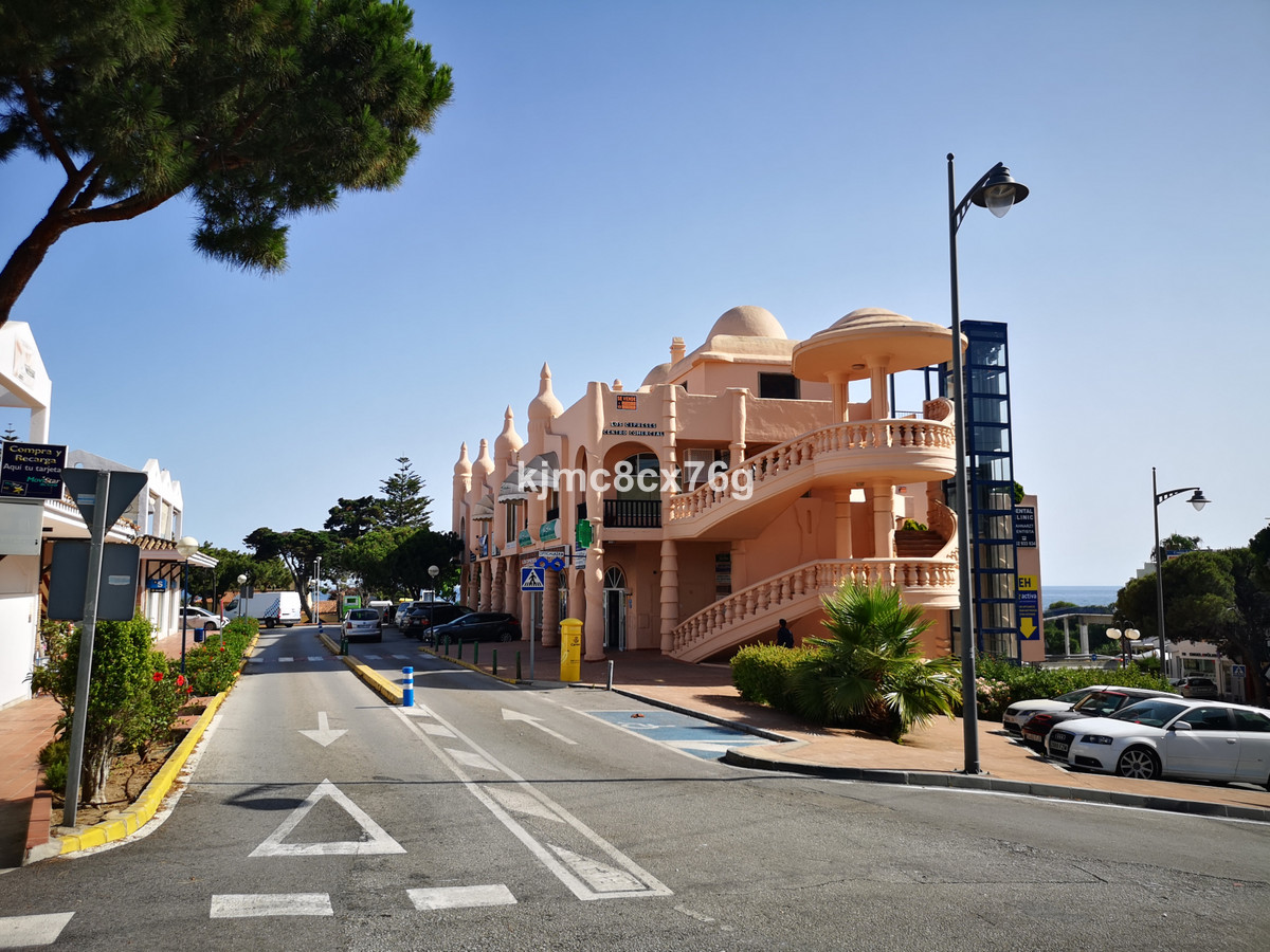For sale commercial premises in a booming commercial area in Calahonda.  In full operation for years, Spain