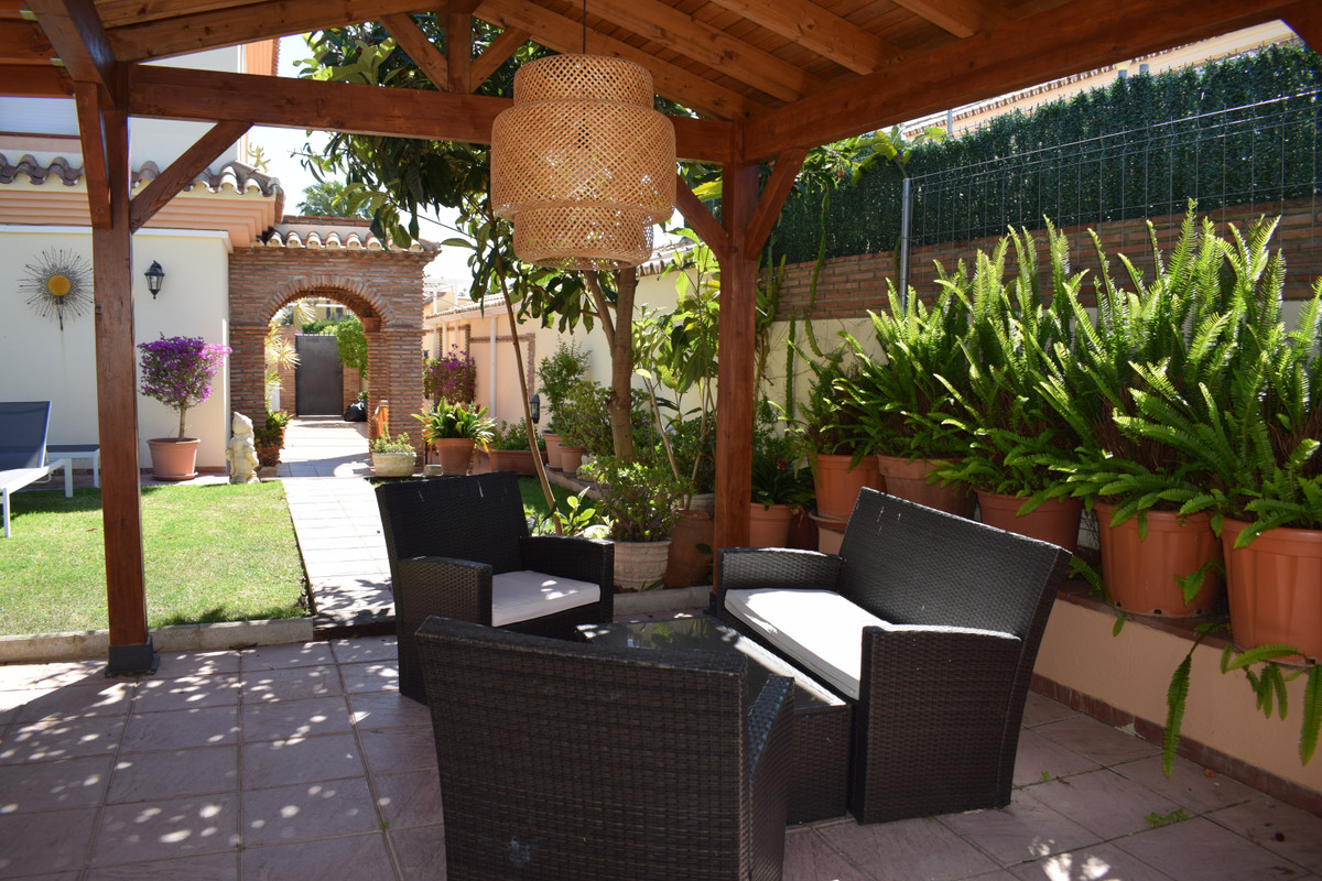 This villa is located in a quiet residential area, one of the most sought after in San Pedro Alcanta,Spain