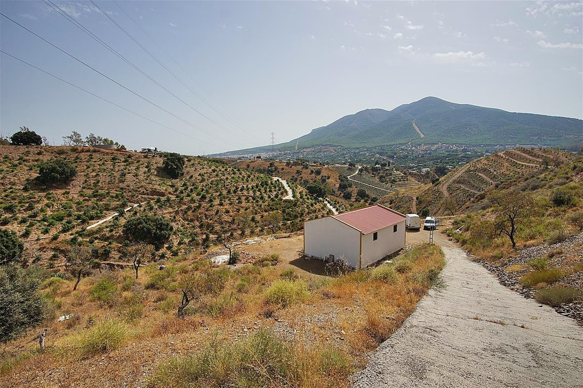Rustic plot with 30.000m2 of land and a 106m2 warehouse.   The plot is on a slope, but can be cleare, Spain