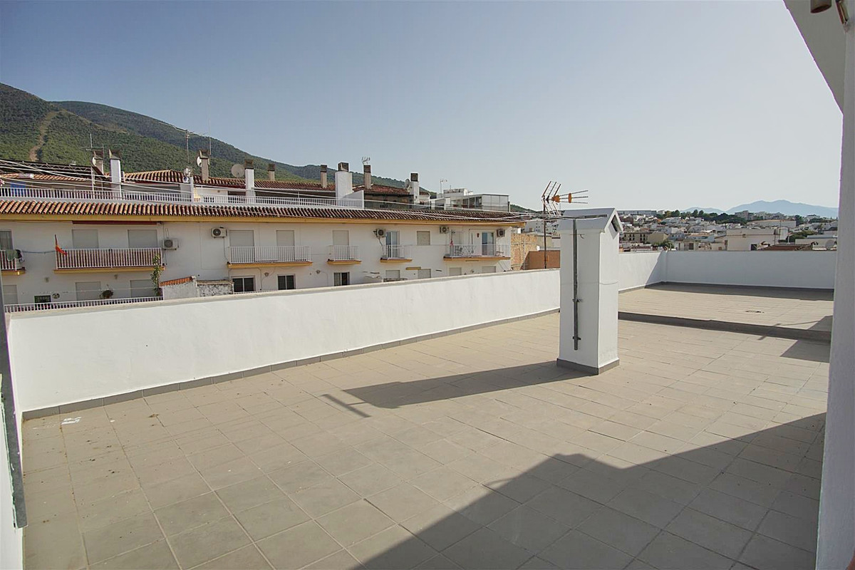 Apartment with 3 bedrooms and a communal roof terrace.   Spacious apartment located in the heart of , Spain