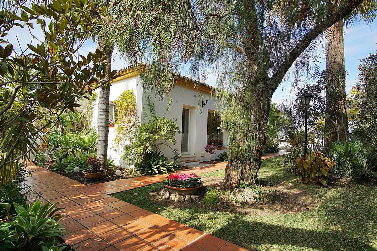Fantastic house located on the outskirts of Coin offering panoramic views and total privacy.   The t,Spain