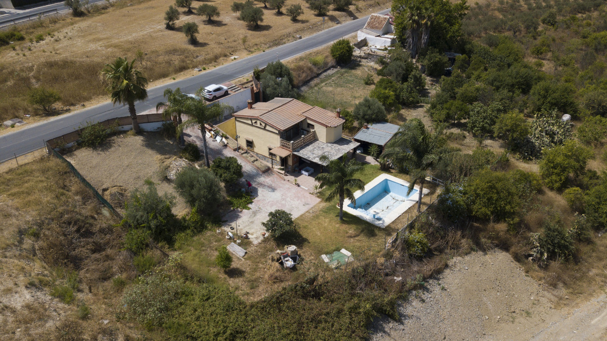 Country house with 2 bedrooms, 2 bathrooms just a few steps from the village. Requires refurbishment,Spain