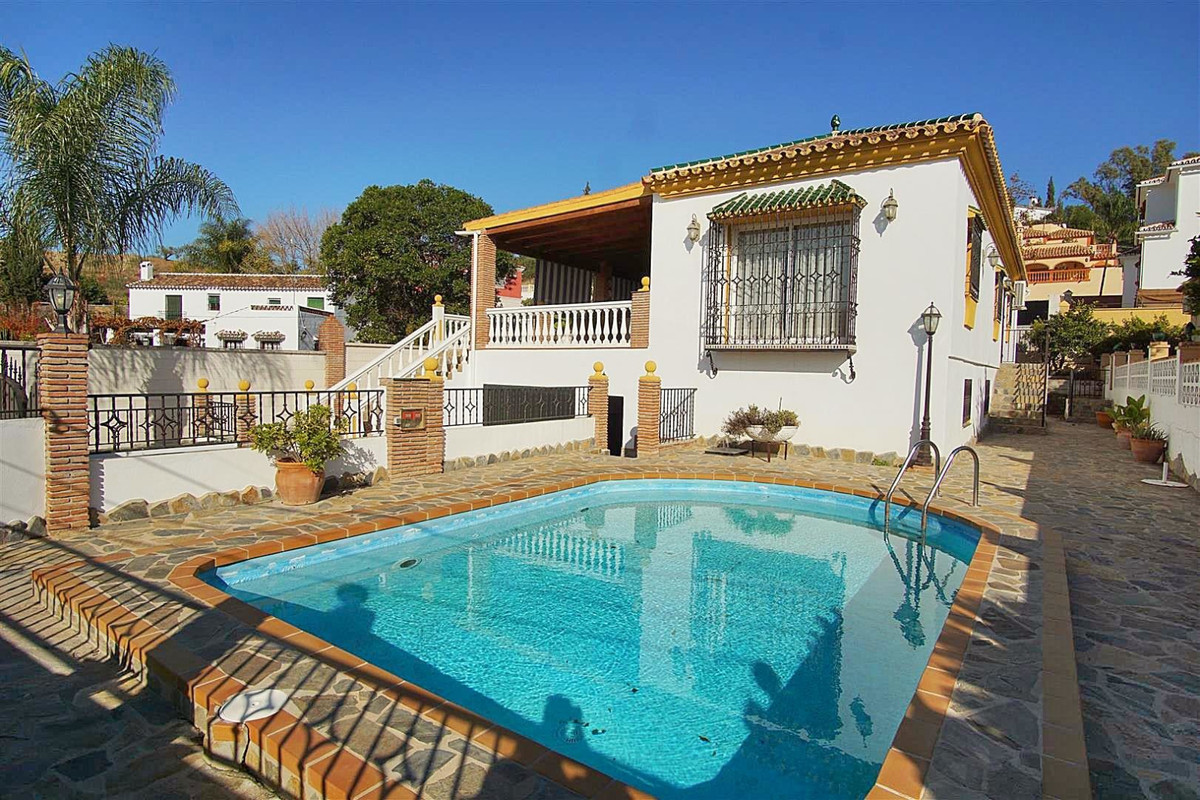 Detached house located in one of the best urbanizations of Coin very close to shops, restaurants, a , Spain