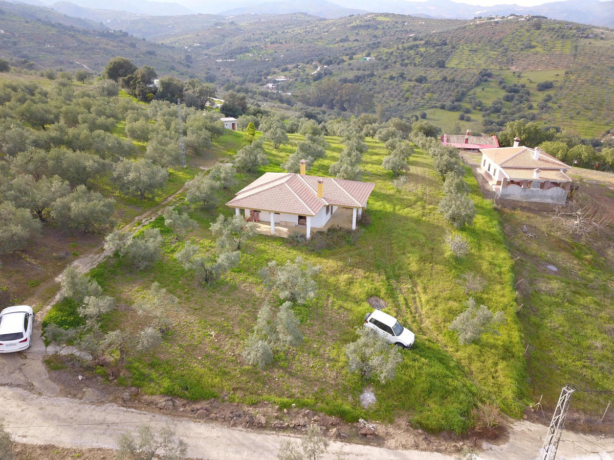 This unfinished finca is situated on a private plot of over 3690 m2 surrounded by an olive orchard.  Spain