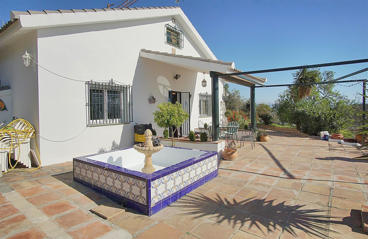 SOUTH ORIENTATION, PANORAMIC VIEWS AND A LARGE POOL  Nice country house located just over 1km from C,Spain