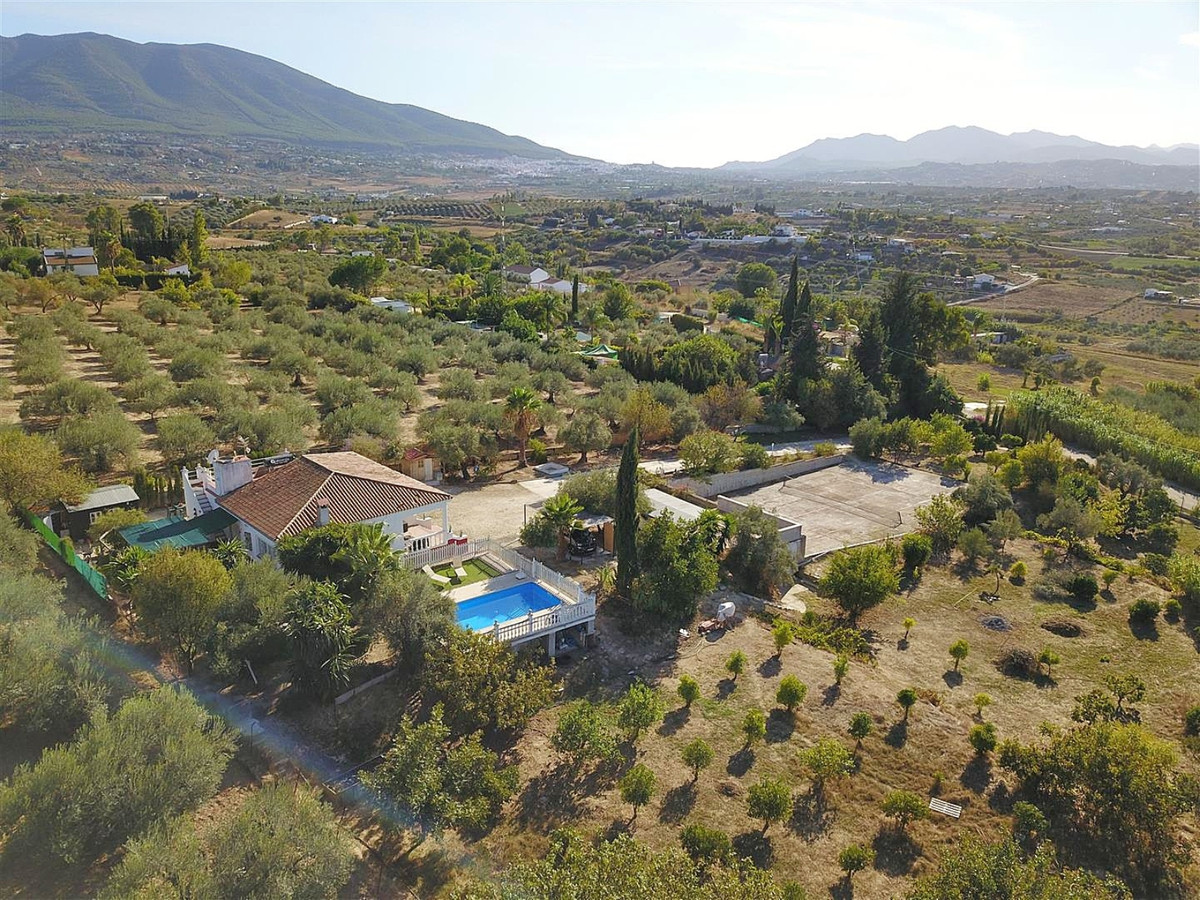 House with 3 bedrooms, swimming pool, 2 storage rooms and tennis court.   Country house located 5km ,Spain