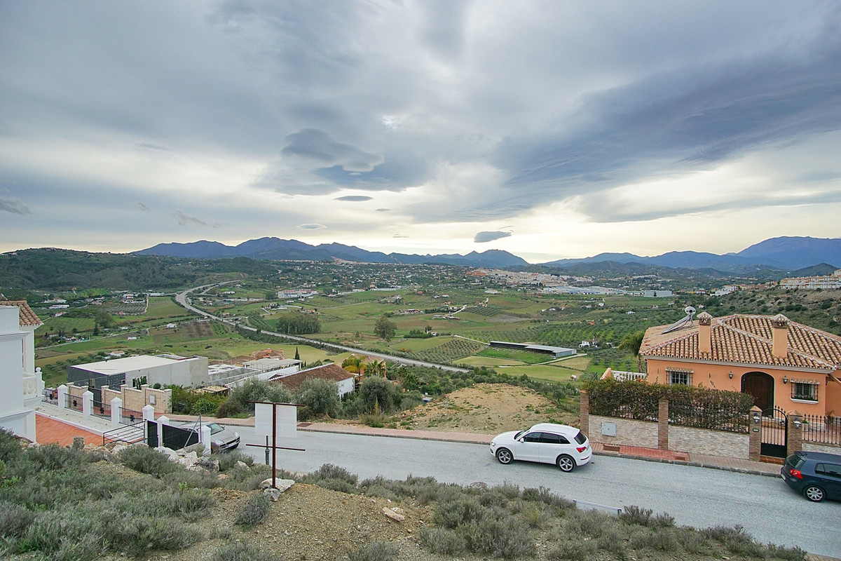 West facing residential plot offering stunning views overlooking the Guadalhorce Valley. Located on , Spain